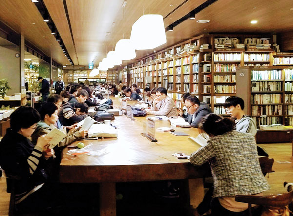 In South Korea, Booksellers Look for Ways to Compete